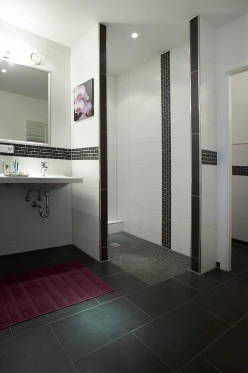 Bagno in stile  di Traumhaus das Original - Dirk van Hoek GmbH