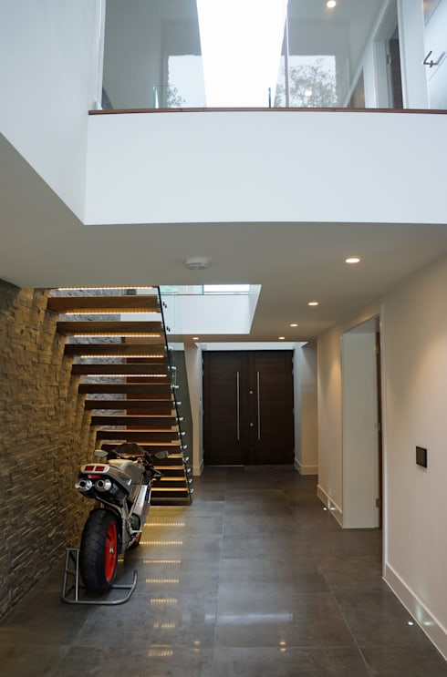 Corredores e halls de entrada  por David James Architects & Partners Ltd