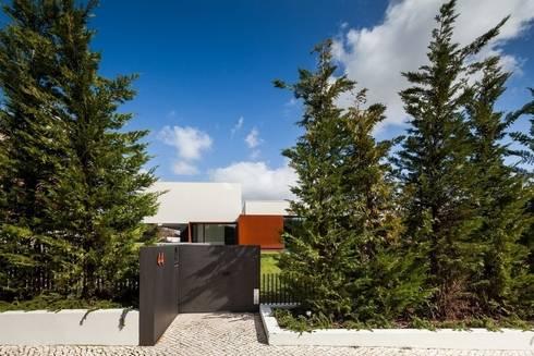 Casa na Beloura, Sintra: Casas minimalistas por Estúdio Urbano Arquitectos