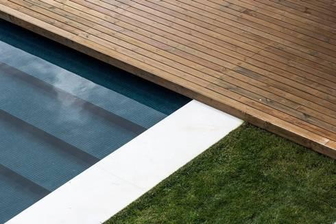 Casa na Beloura, Sintra: Piscinas minimalistas por Estúdio Urbano Arquitectos