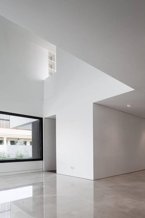 Casa na Beloura, Sintra: Corredores e halls de entrada  por Estúdio Urbano Arquitectos