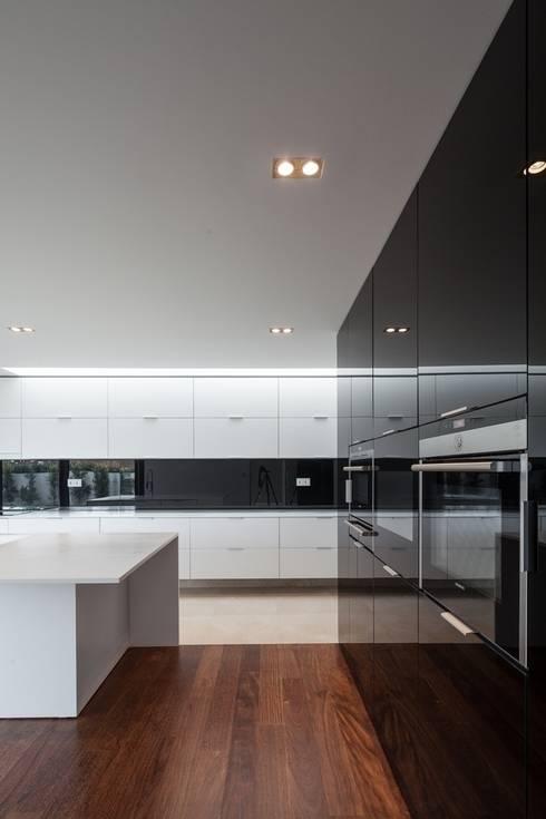 Casa na Beloura, Sintra: Cozinhas  por Estúdio Urbano Arquitectos