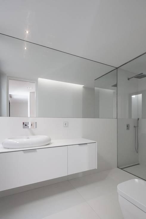 Casa na Beloura, Sintra: Casas de banho minimalistas por Estúdio Urbano Arquitectos