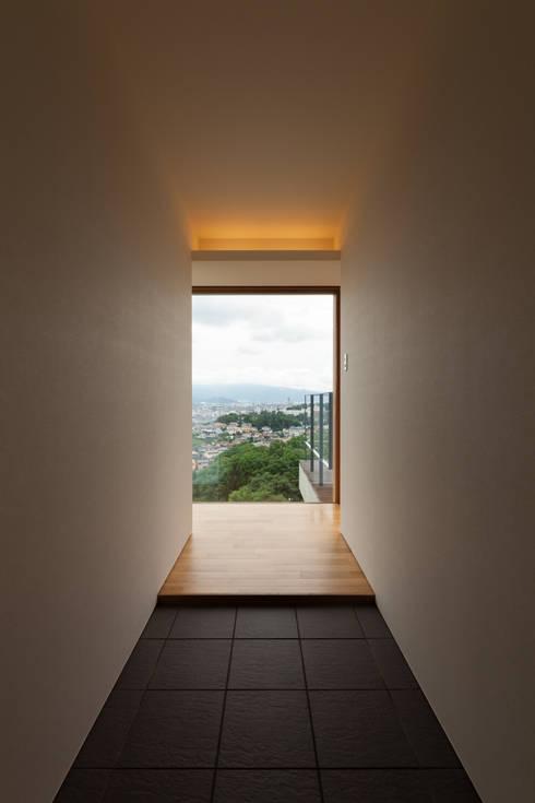 善光寺平を望む家: 伊東亮一建築設計事務所が手掛けた廊下 & 玄関です。