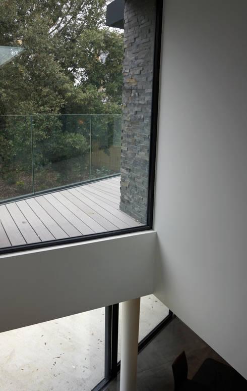 Paredes de estilo  de David James Architects & Partners Ltd