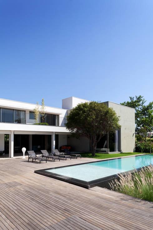 Casas minimalistas por Consuelo Jorge Arquitetos