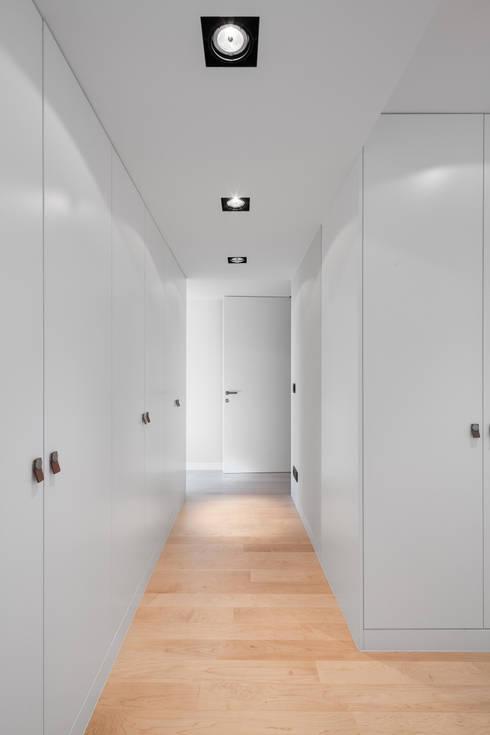 Moradias em banda, Queijas: Closets minimalistas por Estúdio Urbano Arquitectos