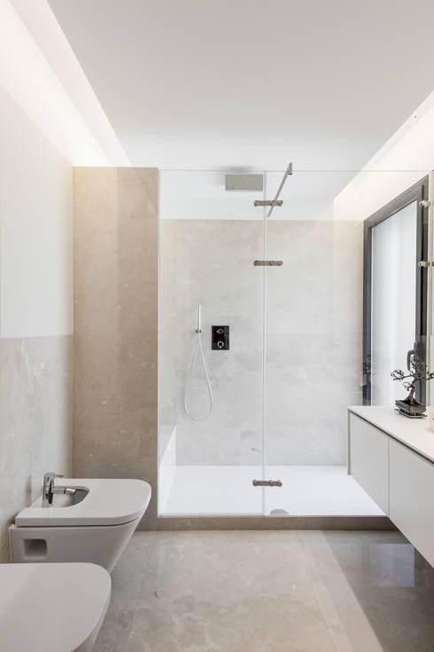 Moradias em banda, Queijas: Casas de banho  por Estúdio Urbano Arquitectos