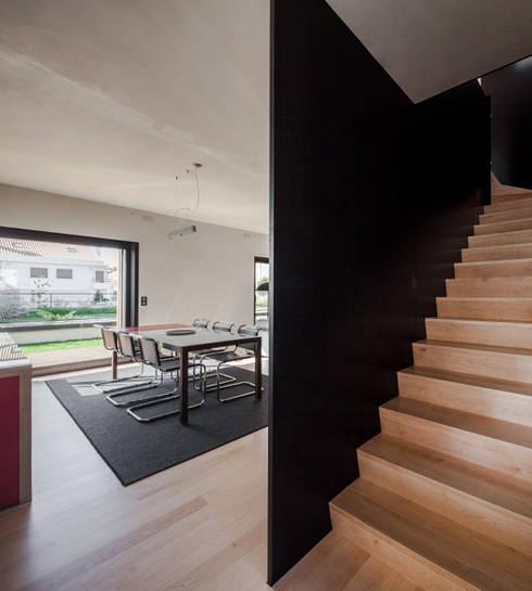 Moradias em banda, Queijas: Corredores e halls de entrada  por Estúdio Urbano Arquitectos