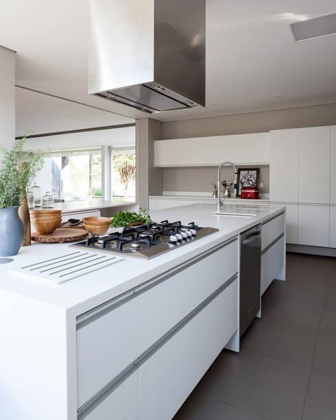 Kitchen by Consuelo Jorge Arquitetos