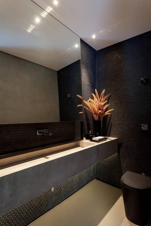 Casa em Itu: Banheiros minimalistas por Consuelo Jorge Arquitetos