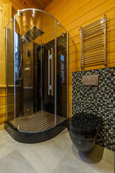 Минимализм в деревянном доме (архитектор Анжелика Марзоева): Ванные комнаты в . Автор – Галерея интерьеров 'Angelica Marzoeva'