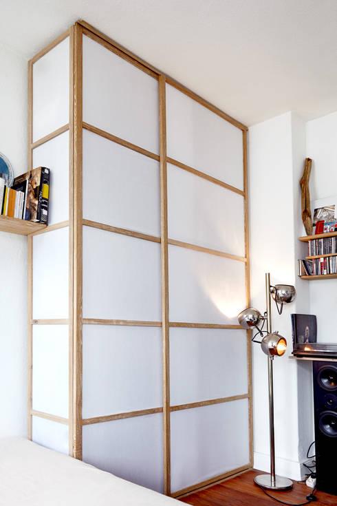 Camera da letto in stile in stile Minimalista di Michael Sprey Möbel*Stücke
