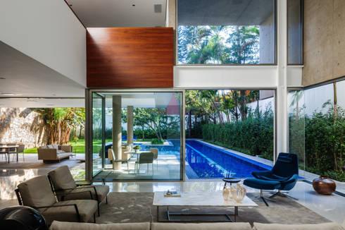 Residência MG: Salas de estar modernas por Reinach Mendonça Arquitetos Associados