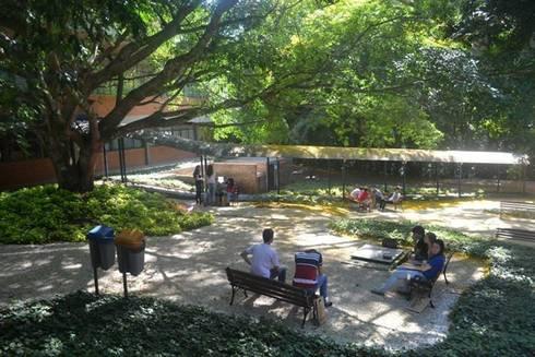 Jardim da Biblioteca: Escolas  por Adines Ferreira Paisagismo