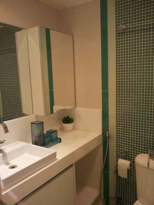 Apartamento Jovem casal: Banheiros  por Celia Beatriz Arquitetura