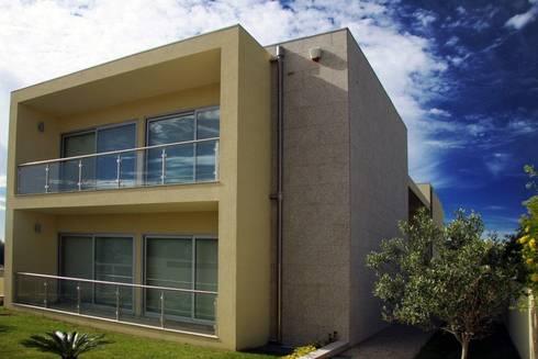 """Moradia """"in ponte"""": Casas modernas por UrbQuality Lda"""