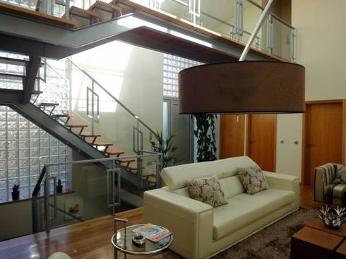 Moradia <q>in ponte</q>: Corredor, hall e escadas  por UrbQuality Lda