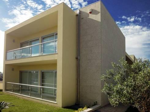 Moradia <q>in ponte</q>: Casas modernas por UrbQuality Lda