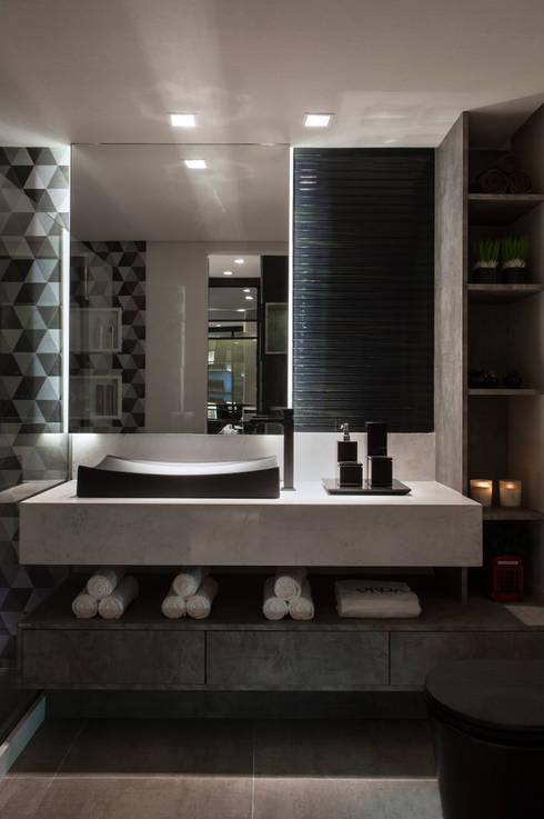 Suíte Rapaz - Casa Cor 2014 Pernambuco: Banheiro  por Celia Beatriz Arquitetura