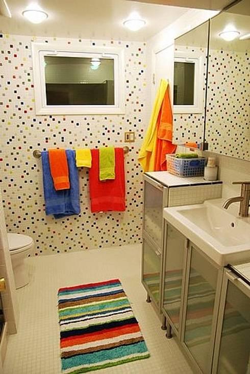Baños de estilo moderno por Deeco