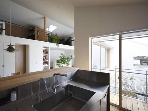 春風の家: 樋口章建築アトリエが手掛けたキッチンです。