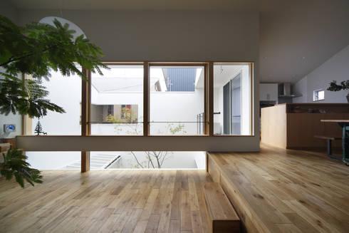 春風の家: 樋口章建築アトリエが手掛けたリビングです。