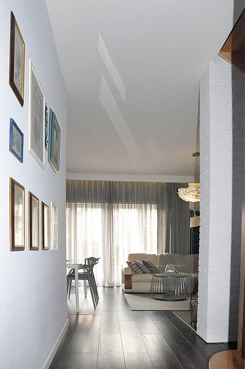 Po metamorfozie/widok na pokój dzienny: styl , w kategorii  zaprojektowany przez Pracownia Kaffka