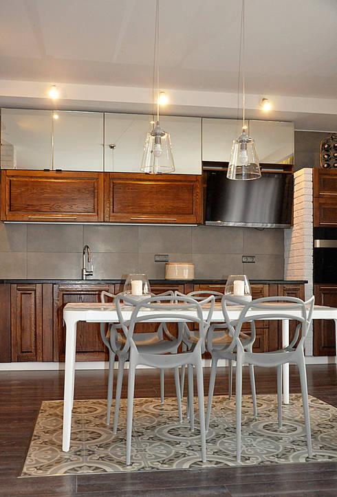 Po metamorfozie/widok z pokoju dziennego na kuchnię: styl , w kategorii  zaprojektowany przez Pracownia Kaffka