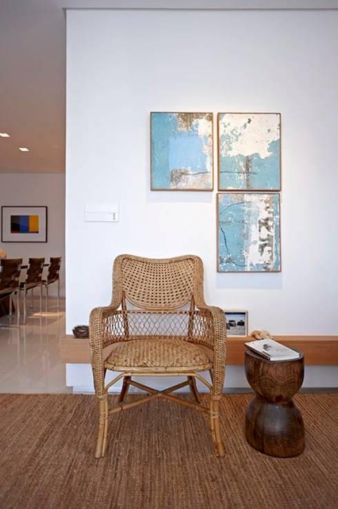 Apartamento Ninho: Sala de estar  por Coutinho+Vilela