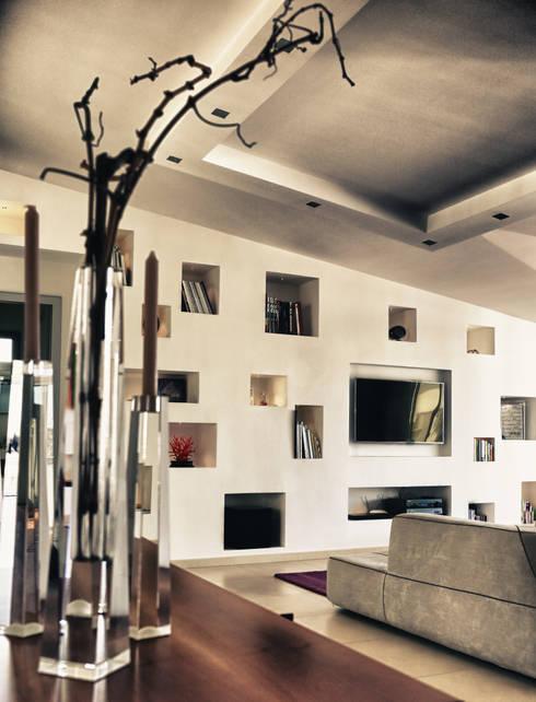 la vista sui tetti di caserta: Sala multimediale in stile  di fumante