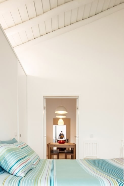 Casa em Corte Gafo, Mértola: Quartos minimalistas por Estúdio Urbano Arquitectos