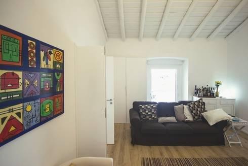 Casa em Corte Gafo, Mértola: Salas de estar minimalistas por Estúdio Urbano Arquitectos