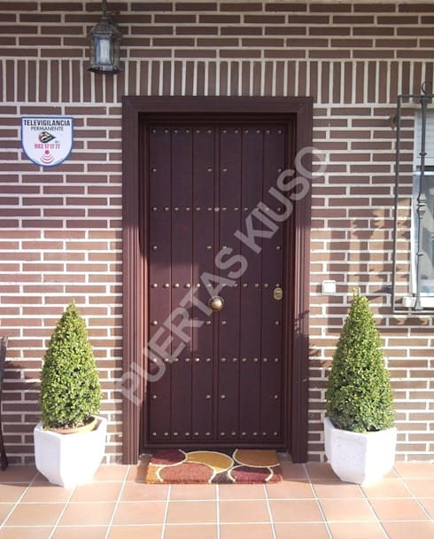 PUERTA: Puertas y ventanas de estilo moderno de PUERTAS KIUSO