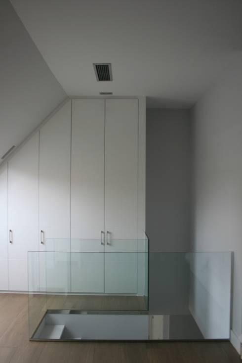 Vestidor totalmente integrado : Vestidores de estilo moderno de key home designers
