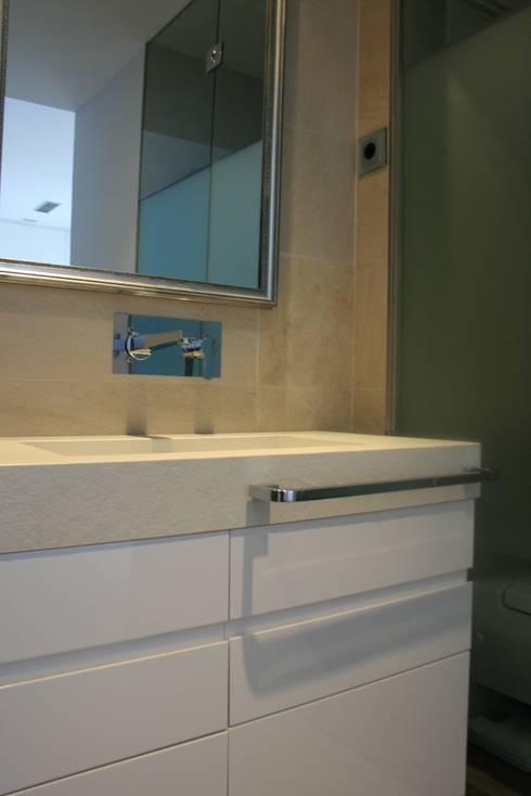 Baño principal: Baños de estilo moderno de key home designers