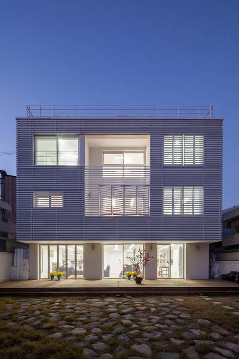 마당있는 집: 스마트건축사사무소의  주택