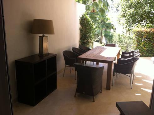 DISEÑO MOBILIARIO E INTERIORISMO APARTAMENTO. SOTOGRANDE. CADIZ. 2012: Jardín de estilo  de Bescos-Nicoletti Arquitectos