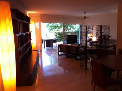 DISEÑO MOBILIARIO E INTERIORISMO APARTAMENTO. SOTOGRANDE. CADIZ. 2012: Salones de estilo moderno de Bescos-Nicoletti Arquitectos