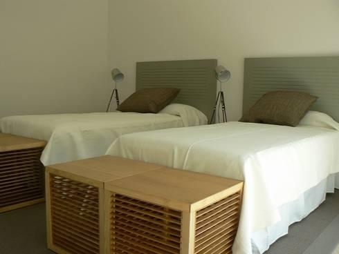 DISEÑO MOBILIARIO E INTERIORISMO APARTAMENTO. SOTOGRANDE. CADIZ. 2012: Dormitorios de estilo moderno de Bescos-Nicoletti Arquitectos
