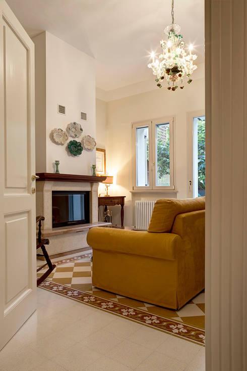 Salones de estilo clásico de Astudioarchitetti