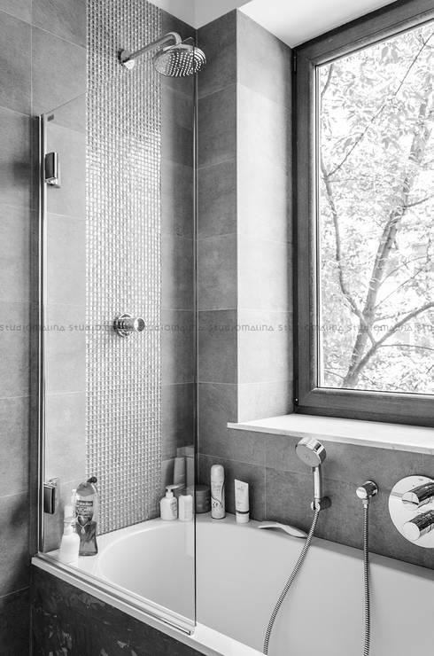 Przedwojenna kamienica : styl , w kategorii Łazienka zaprojektowany przez Studio Malina