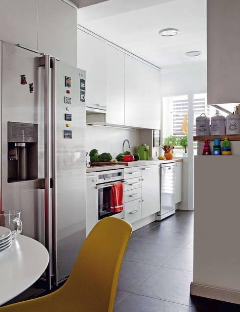 ESTUDIO Y DISEÑO APARTAMENTO. C/VERACRUZ. MADRID. 2010: Cocina de estilo  de Bescos-Nicoletti Arquitectos
