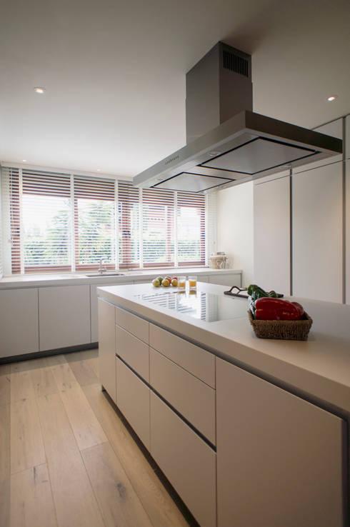 Casa Guadalmina: Cocina de estilo  de MLMR Architecture Consultancy