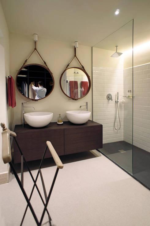 Casa Guadalmina: Baños de estilo  de MLMR Architecture Consultancy