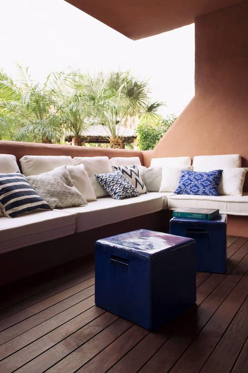 Casa Guadalmina: Balcones y terrazas de estilo  de MLMR Architecture Consultancy