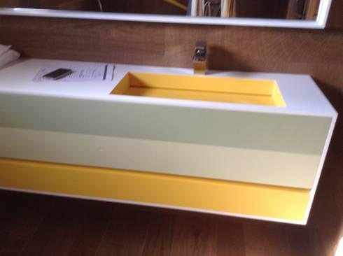 Detalle lavabo Corian: Baños de estilo minimalista de Gramil Interiorismo II