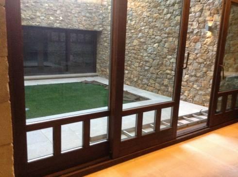 Detalle carpintería: Puertas y ventanas de estilo rústico de Gramil Interiorismo II