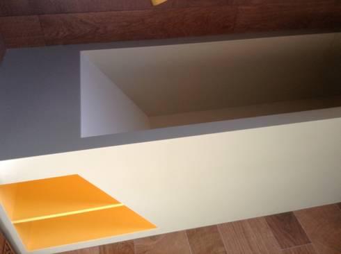 Detalle bañera Corian: Baños de estilo minimalista de Gramil Interiorismo II