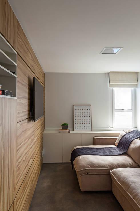 Sala multimedia de estilo  por BEP Arquitetos Associados